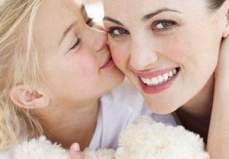 Frauen lieben Deko-Artikel für die Wohnung im Advent