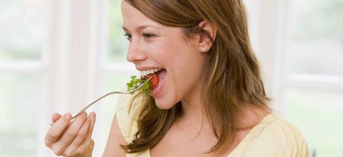 Foto einer Frau beim Essen