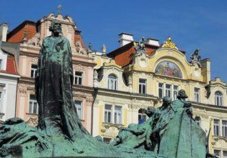 Viele Frauen lieben Prag ob seiner vielen Museen und der lebendigen Kultur