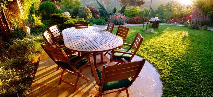Gartenmöbel sorgen für Gemütlichkeit