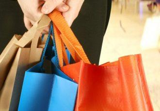 Bargeldlos zahlen wird nicht nur von Frauen beim Shopping gerne genutzt